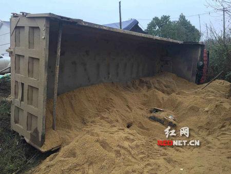 岳阳湘阴县岭北镇兴合村车祸交通事故 男子连人带车被沙埋住身亡