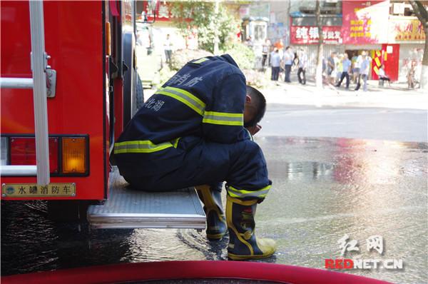 公安消防武警战士救火近10小时 郴州市民点赞最可爱的